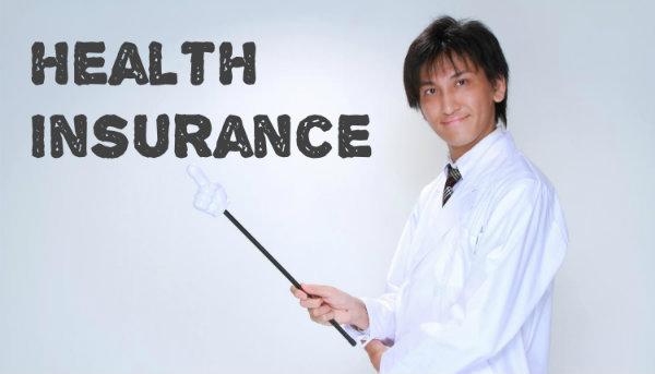 健康保険について説明する歯科医師